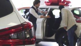 Dor do carro da abertura do negociante do automóvel para seu cliente masculino video estoque