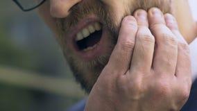 Dor do dente do sentimento do homem de negócios, cuidados dentários, inflamação da polpa, medicina vídeos de arquivo