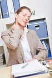 Dor do sentimento da mulher de negócio nela Imagem de Stock Royalty Free
