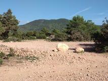 Dor en onvruchtbaar land in het ibizaachterland het droge klimaat verlaat de grond aan het licht gebracht, is het land droog rond stock afbeelding