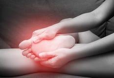 Dor fêmea com ponto vermelho, síndrome do salto do pé de Sesamoiditis foto de stock