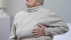 Dor forte de envelhecimento do sofrimento fêmea na caixa, doença cardíaca, risco de cardíaco de ataque filme
