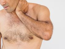 Dor na garganta Homem com dor lombar Isolado no backgroun branco fotos de stock royalty free