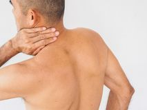 Dor na garganta Homem com dor lombar Isolado no backgroun branco foto de stock royalty free