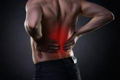 Dor nas costas, inflamação do rim, dor no corpo do ` s do homem fotografia de stock