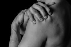 Dor no ombro, close-up fotografia de stock