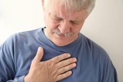 Dor no peito no homem mais idoso Fotografia de Stock