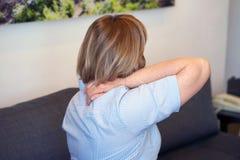 Dor severa no ombro de uma mulher foto de stock
