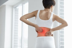 Dor traseira Close up do corpo da mulher com da dor parte traseira dentro, dor lombar fotografia de stock