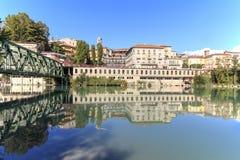 Dora Baltea River- und Ivrea-Stadtbild in Piemont, Italien lizenzfreie stockfotografie