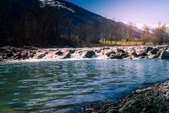 Dora flödande flod för vatten i en bergmiljö Berg med vatten Royaltyfri Fotografi