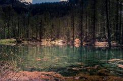 Dora flödande flod för vatten i en bergmiljö Berg med vatten Arkivbilder