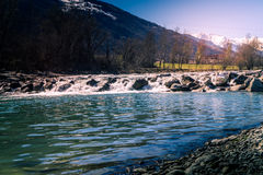 Dora, flüssiger Fluss des Wassers in einer Gebirgsumwelt Berge mit Wasser Lizenzfreie Stockfotografie
