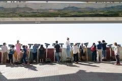 Dora obserwatorium, DMZ Południowy Korea, Wrzesień, - 8 2017: Turyści ogląda z lornetkami Północno-koreański wioski propagandy vi Fotografia Stock