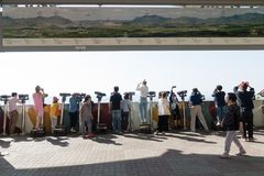 Dora obserwatorium, DMZ Południowy Korea, Wrzesień, - 8 2017: Turyści ogląda z lornetkami Północno-koreański wioski propagandy vi Obrazy Royalty Free