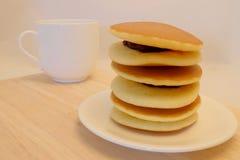 Dora-yaki, populärer japanischer Pfannkuchen mit süßer roter Bohne und Raum für schreiben Benennung lizenzfreies stockfoto