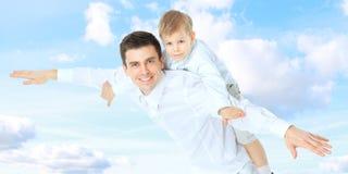 Dorable武装婴孩海滩美丽的穿蓝衣的男孩白种人儿童云彩逗人喜爱的爸爸爸爸 免版税库存照片