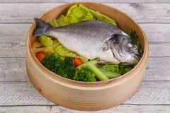 Dorada cozinhado com vegetais imagem de stock royalty free