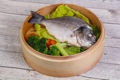 Dorada cozinhado com vegetais foto de stock royalty free