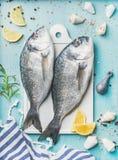 Dorade fraîche ou poissons crus crus de dorado avec l'assaisonnement Photographie stock