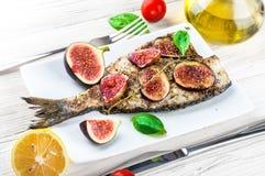 Dorado鱼用柠檬和无花果,地中海 库存图片