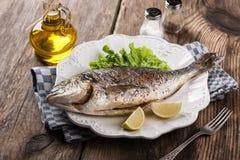 Dorado cozido dos peixes com vegetais Foto de Stock Royalty Free
