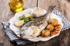 Dorado cozido dos peixes com vegetais Fotografia de Stock Royalty Free