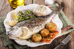 Dorado cozido dos peixes com vegetais Fotografia de Stock