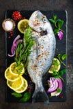 Dorado de poisson frais Poissons et ingrédient crus de dorado pour faire cuire à bord Dorade ou poissons de dorada sur la table d Photo stock