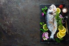 Dorado de poisson frais Poissons et ingrédient crus de dorado pour faire cuire à bord Dorade ou poissons de dorada sur la table d Images libres de droits