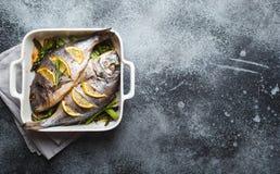 Dorado del pesce cotto con asparago fotografia stock libera da diritti