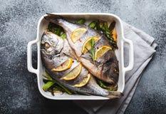 Dorado del pesce cotto con asparago fotografie stock libere da diritti