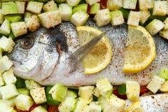 Dorado dos peixes com vegetais e limão imagem de stock royalty free