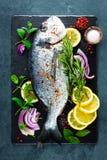 Dorado för ny fisk Rå doradofisk och ingrediens för att laga mat ombord Havsbraxen eller doradafisk på köksbordet arkivfoto