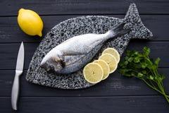 Dorado-Fische mit gesunder Lebensmittelebene der Zitrone legen Petersiliengrüns stockfotos