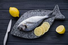 Dorado fisk med sunda den lekmanna- matlägenheten för citron Arkivbild