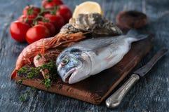 Dorado fresco del pesce di mare con le ostriche e gamberetto e verdure fotografie stock