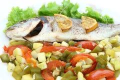 Dorado fritado dos peixes com vegetais e limão imagem de stock royalty free