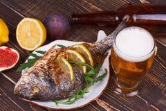 Dorado è servito con il limone ed i fichi Immagine Stock Libera da Diritti