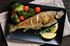 Doradovissen, die in oven, met tomaten en broccoli worden geroosterd royalty-vrije stock foto's