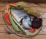 Doradovissen met groenten in de oven worden gebakken die stock afbeelding