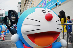 Doraemon που κρατά την αρχική μυστική συσκευή γεγονότος Στοκ Εικόνα