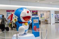 Doraemon modela funcionamientos en el aeropuerto internacional de Chitose adentro Foto de archivo