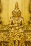 Dorati giganti scolpiscono la struttura della religione di buddismo Immagini Stock Libere da Diritti