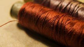 Dorato-Brown e filato cucirino porpora immagine stock