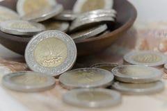 Dorato ed argenti le monete di 1 metallo della sterlina egiziana con la nuovi stampa del canale di Suez e fondo della banconota d Fotografia Stock