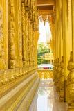 Dorato scolpisca la struttura della religione di buddismo Fotografia Stock