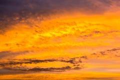 Dorato variopinto del cielo con le nuvole Immagine Stock