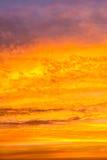 Dorato variopinto del cielo con le nuvole Fotografia Stock Libera da Diritti