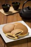 Dorayaki, ιαπωνικές γλυκές τηγανίτες φασολιών, και πράσινο τσάι Στοκ Εικόνα